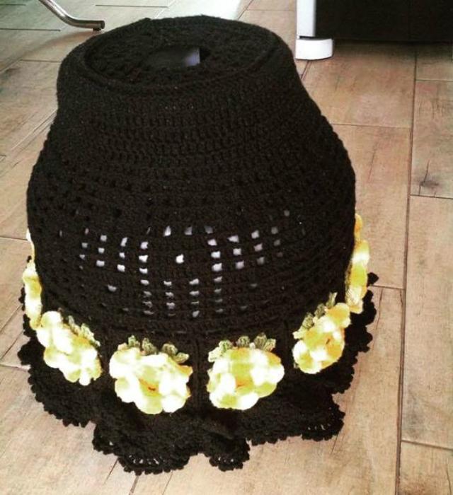 Capa de botijão de crochê com aplique de flores