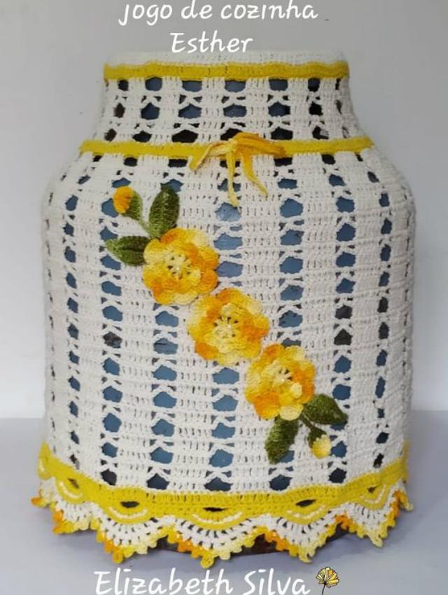 Capa de botijão de crochê com aplique de flores amarelas