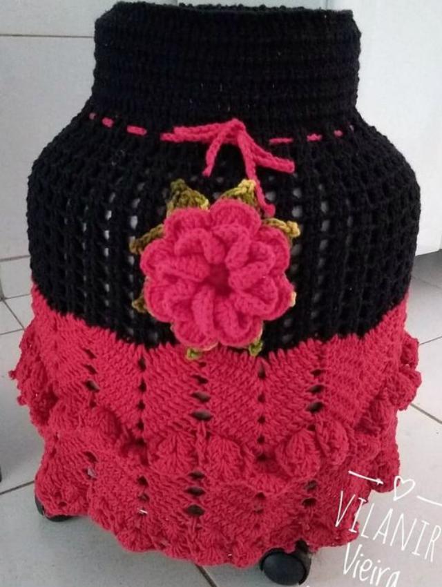 Capa de botijão de crochê com aplicação de flor