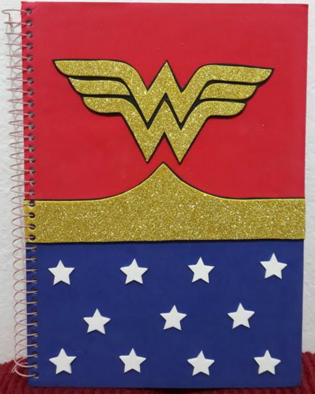 Caderno decorado com EVA da Mulher Maravilha