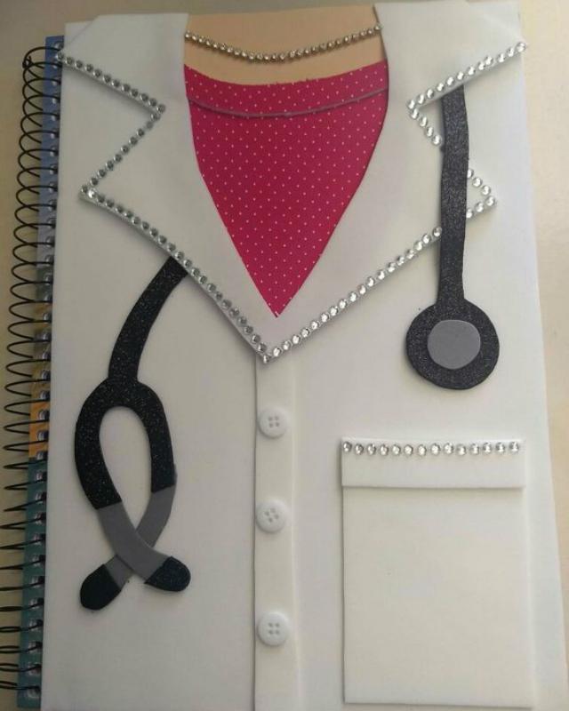Caderno decorado com EVA de médica