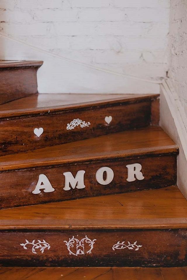 Escada de madeira com a palavra amor