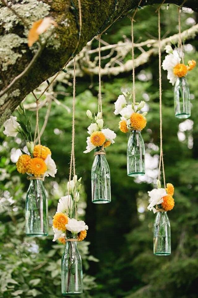 Garrafas com flores penduradas
