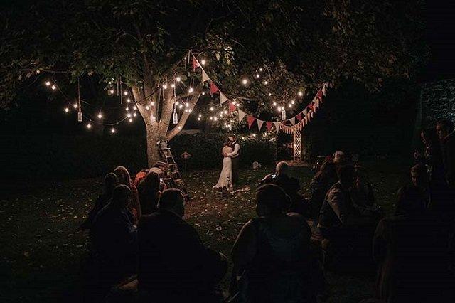 Casamento com varal de lâmpadas
