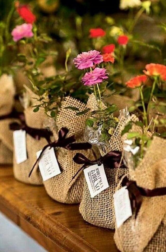 Saquinho de lembrancinha com flores
