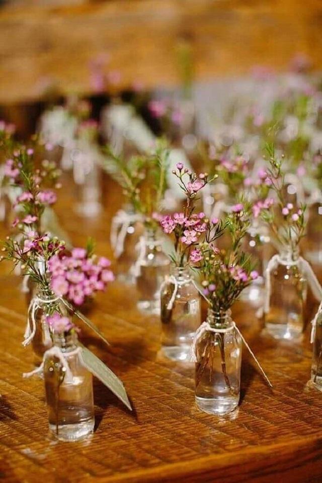 Garrafas de lembrancinha com flores