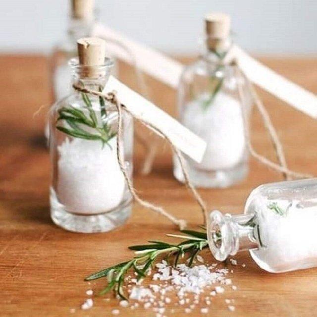Lembrancinha de pote de vidro com sal e alecrim