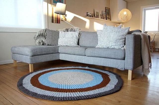 Sala com sofá e tapete de crochê