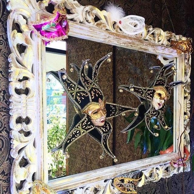 Decoração com máscaras para festa de carnaval