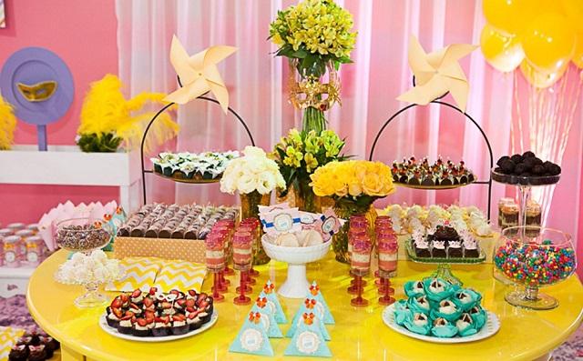 Mesa de doces de festa de carnaval