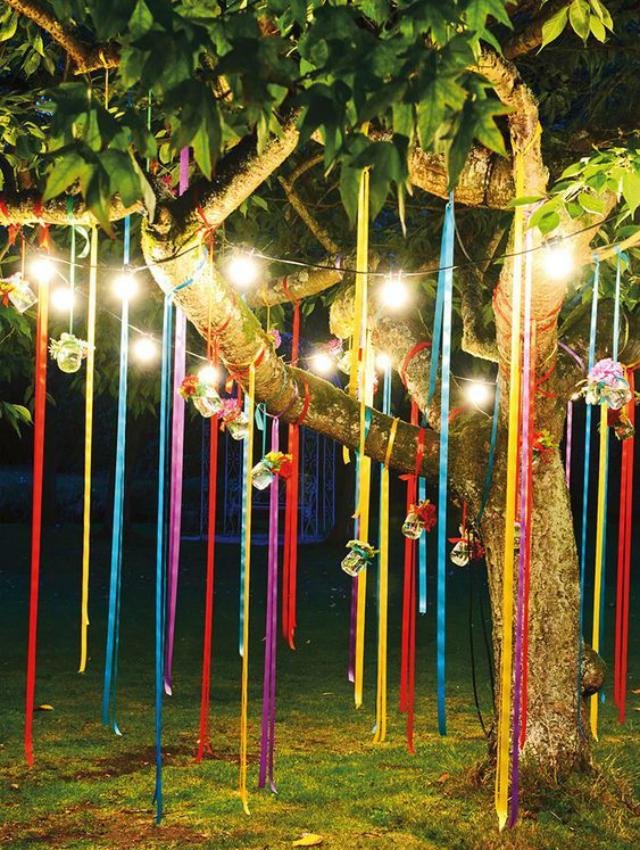 Árvore com fitas coloridas