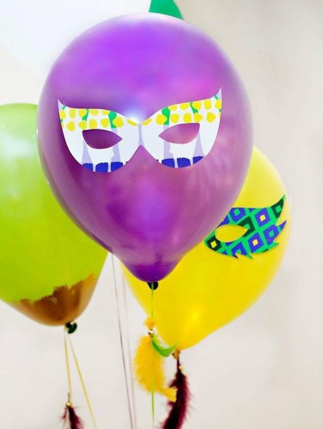 Balões com máscara de carnaval