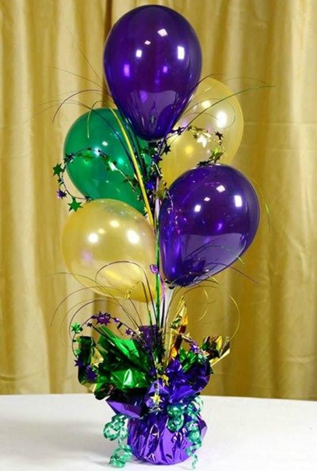 Enfeites de mesa com balões coloridos