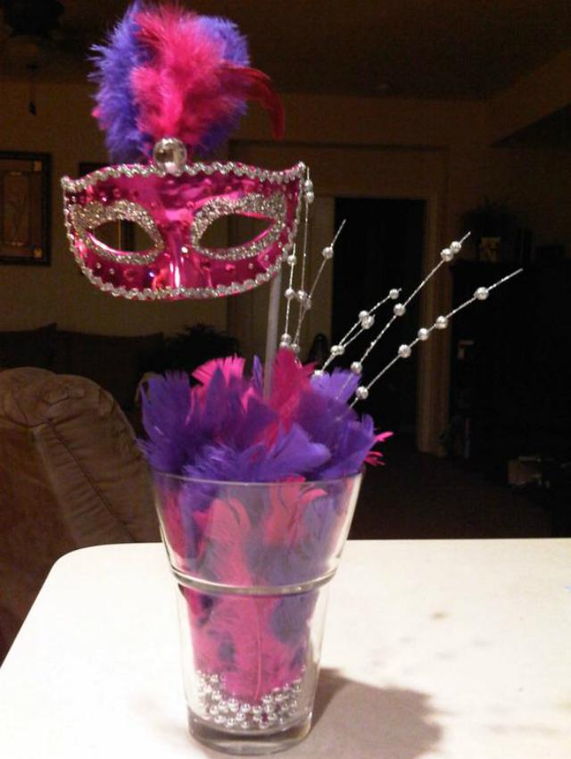 Enfeite de mesa de carnaval rosa e roxo