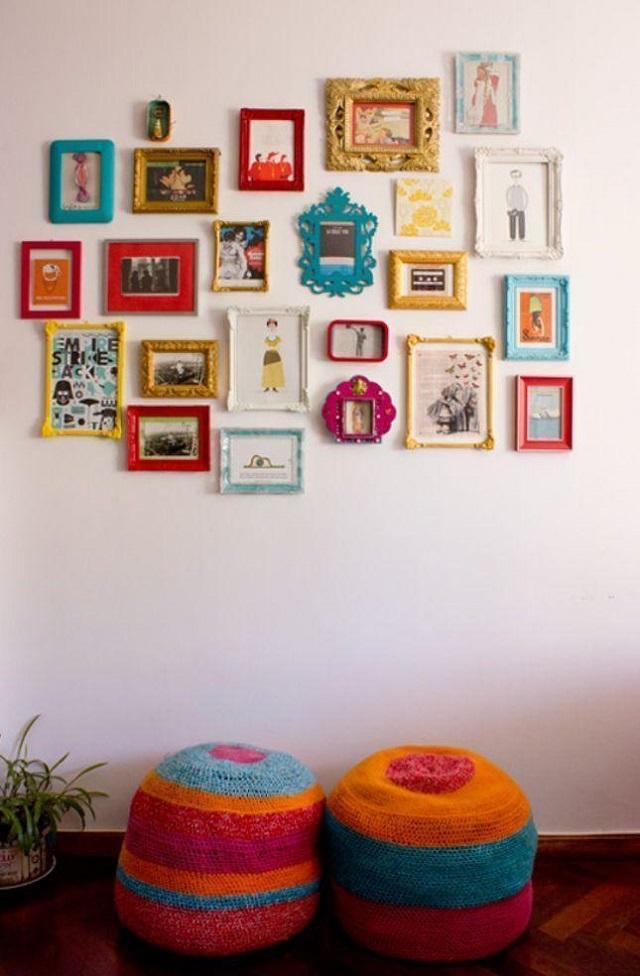 Mural de fotos com molduras coloridas
