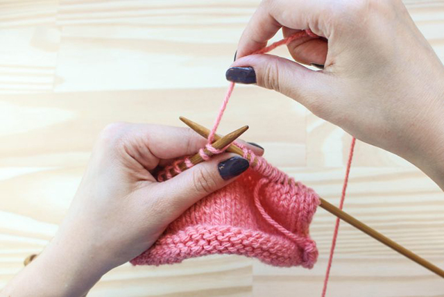 Mulher fazendo tricô