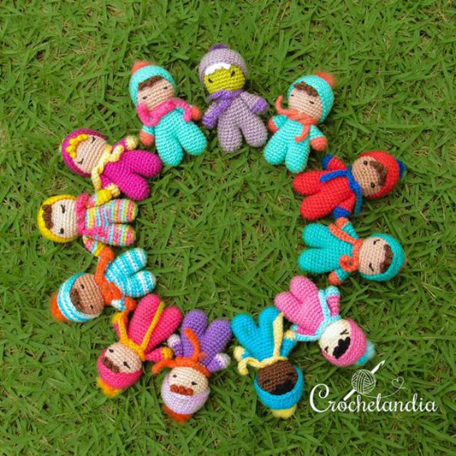 Bonecos amigurumi coloridos feitos de crochê