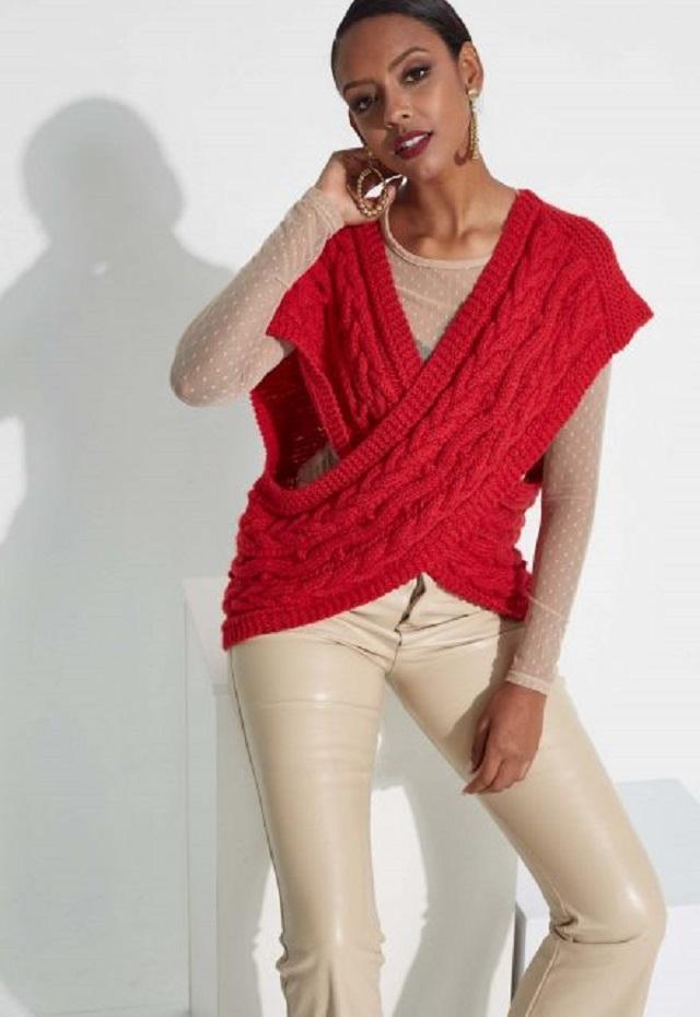 Mulher com colote de tricô vermelho