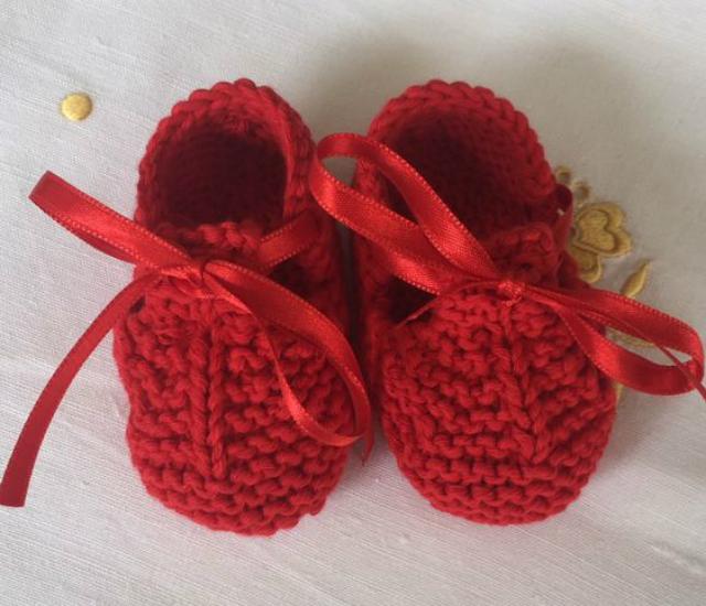 Sapatinho vermelho de tricô para bebê
