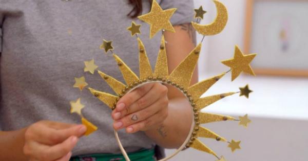 Tiara de EVA com lua e estrelas douradas