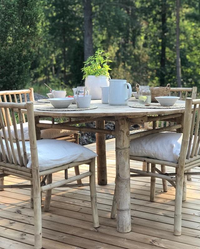 Mesa e cadeiras de bambu