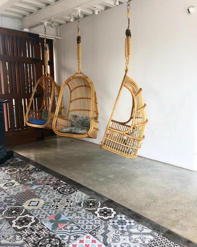 Cadeira de balanço feita de bambu