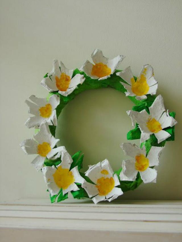 Guirlanda de flores feita com caixa de ovo