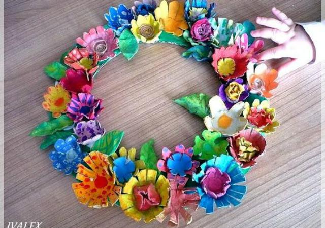 Guirlanda de flores coloridas feitas com caixa de ovo
