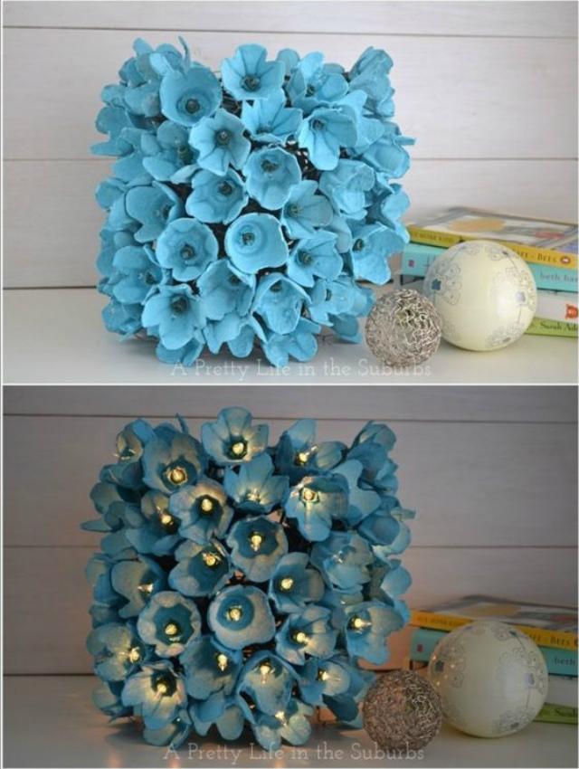Flores azuis de caixa de ovo com luzinhas