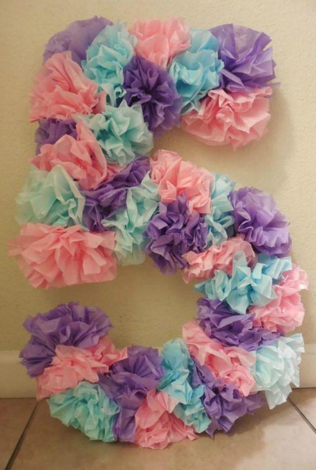 Número com flores de papel crepom
