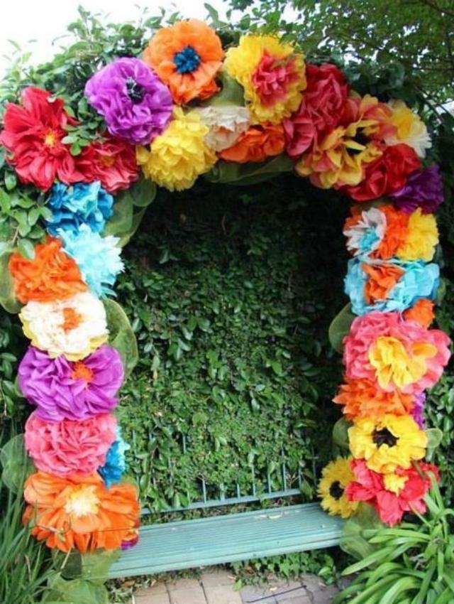 Arco com flores de papel crepom