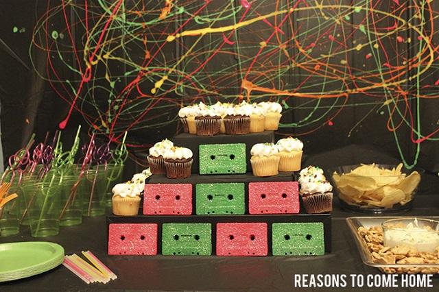 Decoração de festa anos 90 com fita cassete