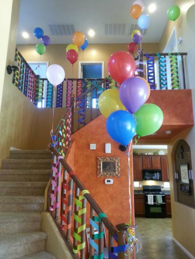 Decoração com balões e fitas coloridas