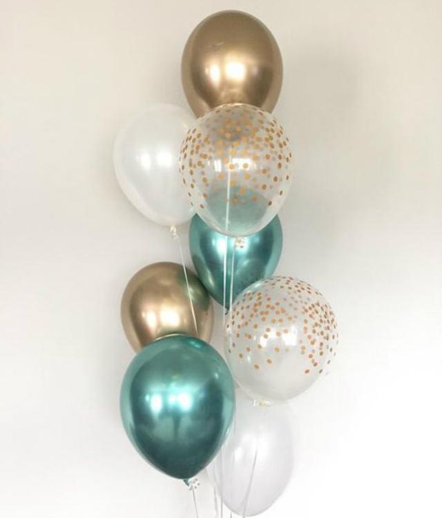 Balões azul, dourado e transparente