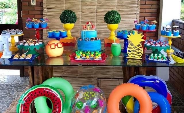Mesa de festa pool party