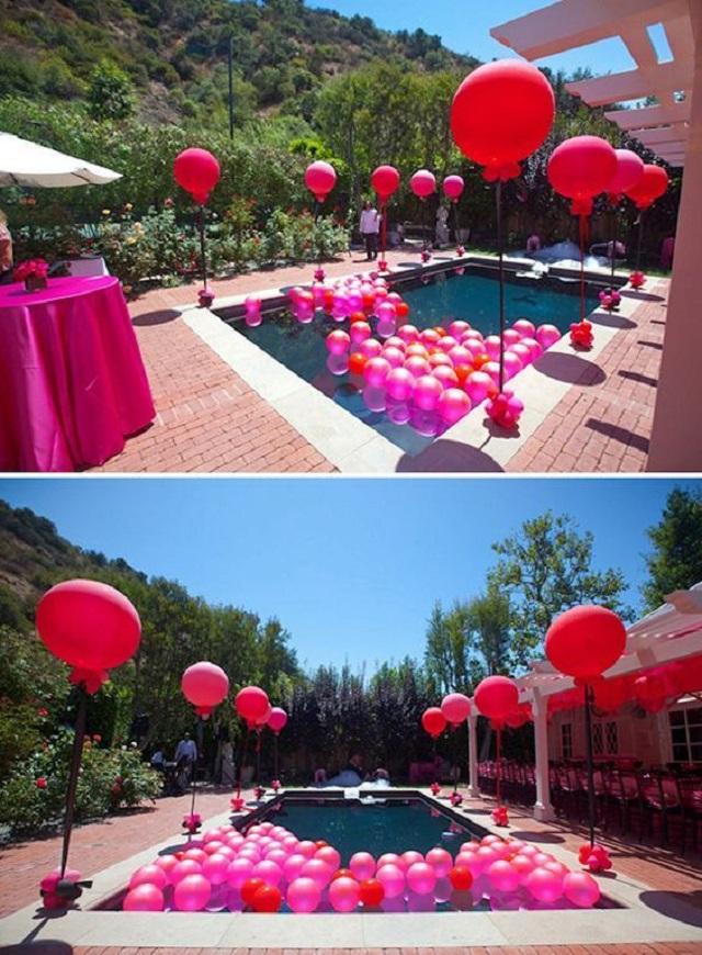 Festa com balões na piscina
