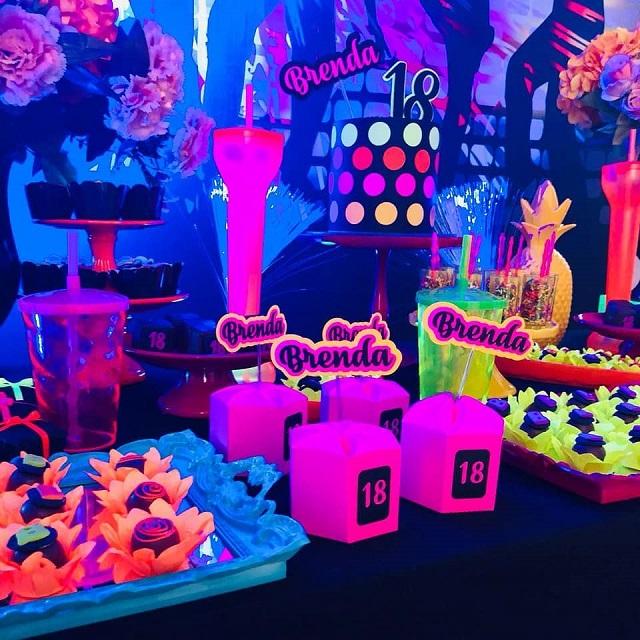 Mesa de doces de festa neon
