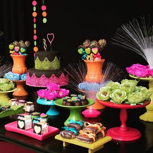 Mesa de doces festa neon