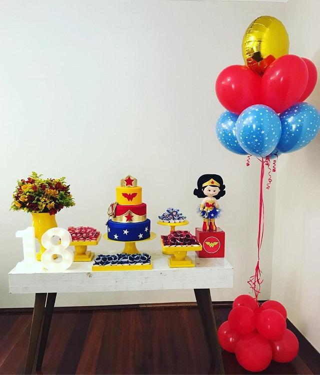 Mesa de doces de festa da Mulher Maravilha