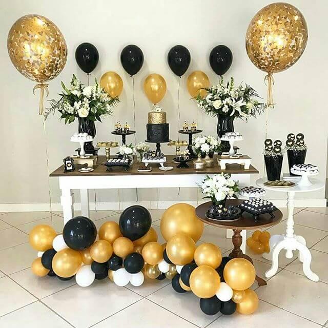 Decoração de festa com balões preto e dourado