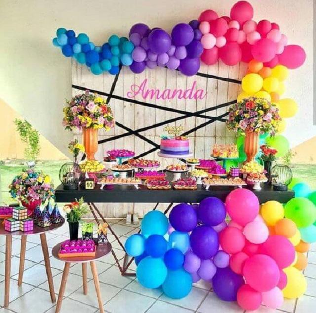 Decoração de festa com balões coloridos