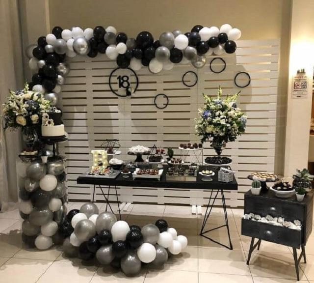 Decoração de festa com balões preto,branco e prata