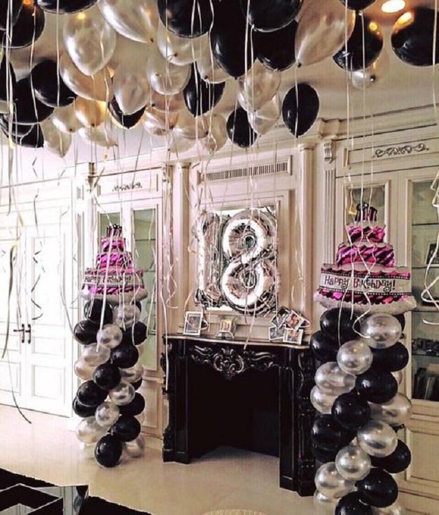Decoração de festa com balões preto e prata