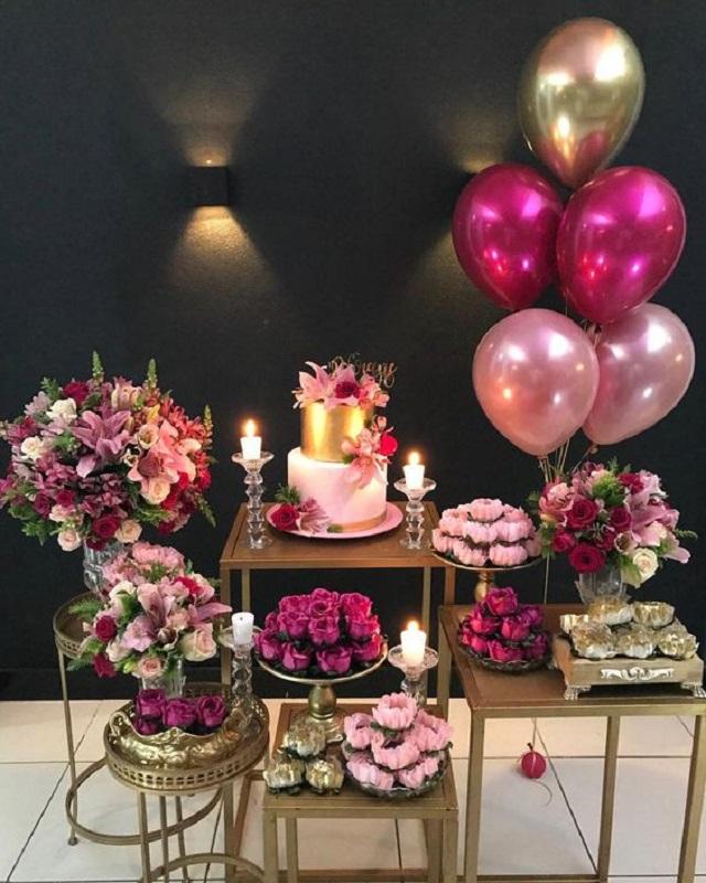 Decoração de festa com flores rosas e balões