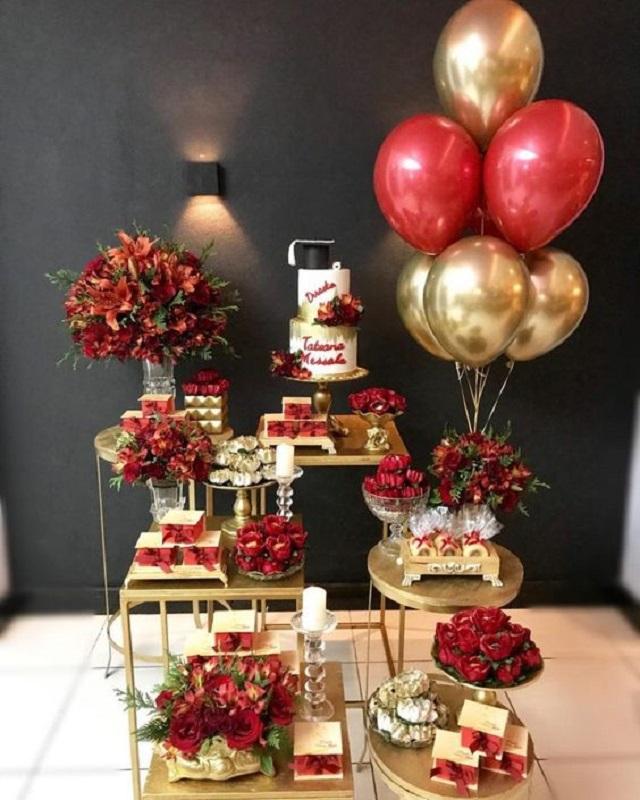 Decoração de festa com flores vermelhas e balões