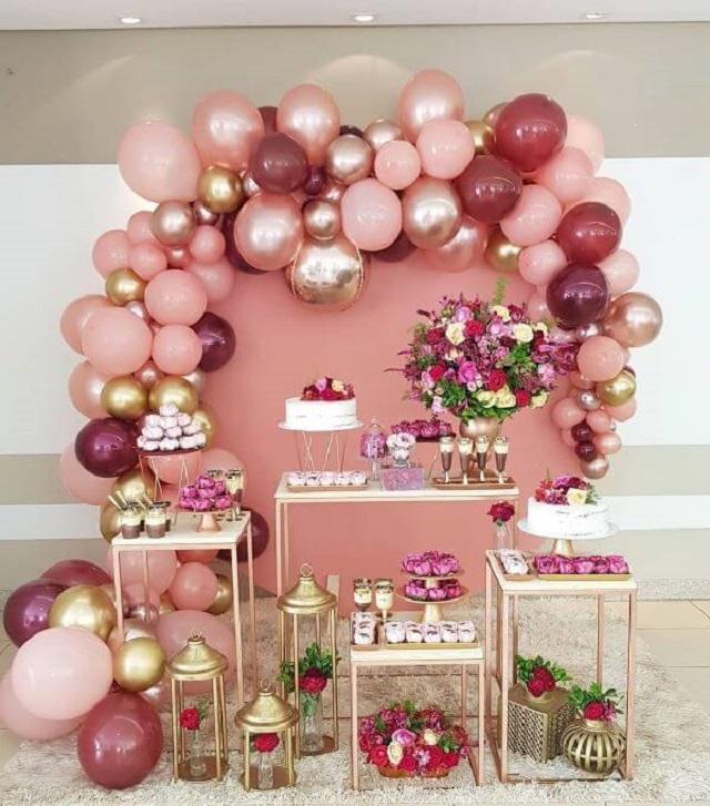 Decoração  de festa com flores e balões