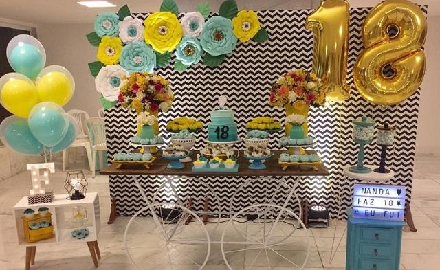 Decoração com festa com flores amarelas e azul claro
