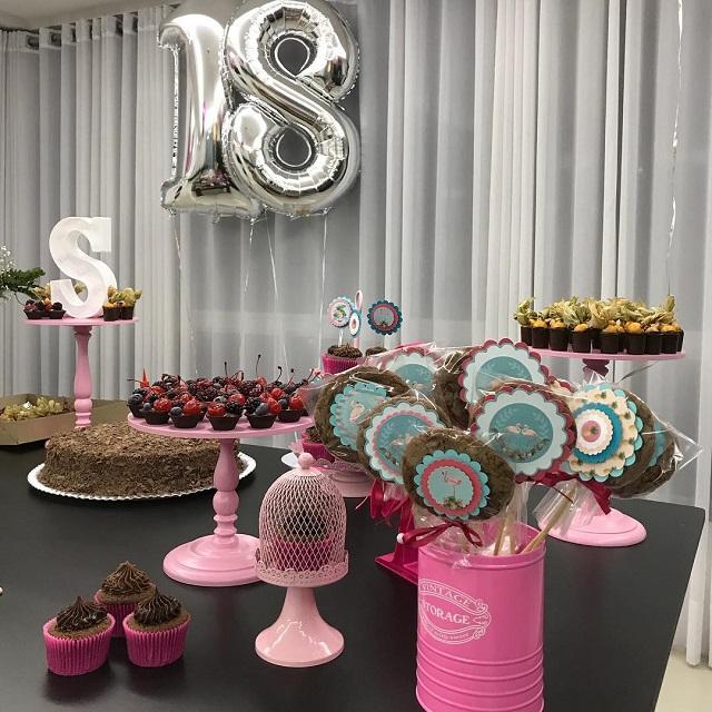 Mesa de doces de festa de 18 anos