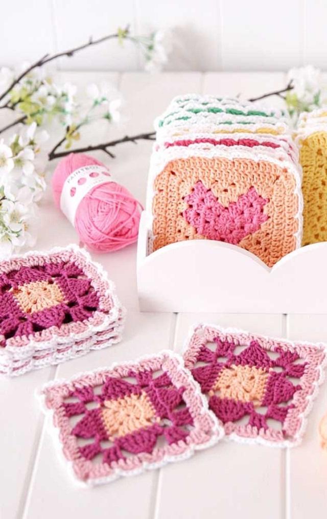 Guardanapo de crochê quadrado com tons de rosa