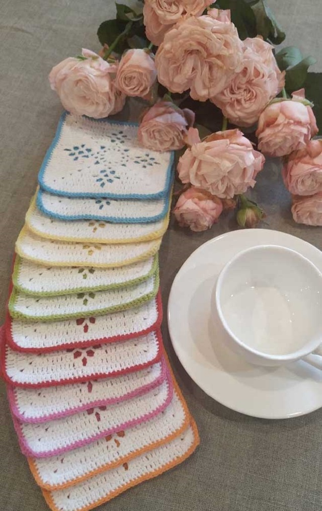 Guardanapo de crochê branco com detalhes coloridos